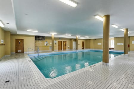 Downtown Condo - Top Floor, Private Bathroom, Pool - London - Appartement