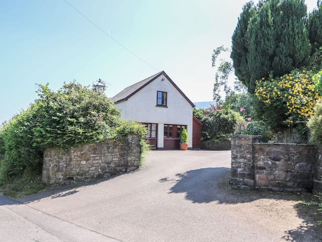 PENROSE COTTAGE, family friendly, with a garden in Govilon, Ref 5119