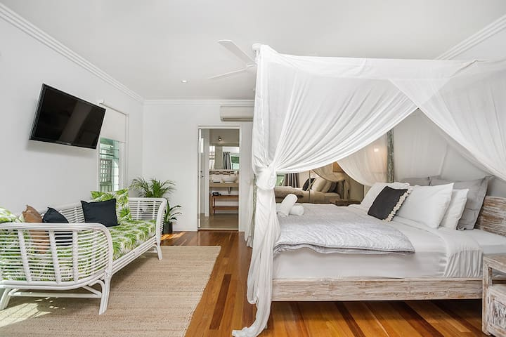 Sea Breeze Villa with Balinese four poster bed