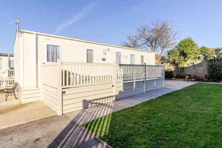 Stunning 6 berth holiday home with decking and garden in Hunstanton ref 23075S