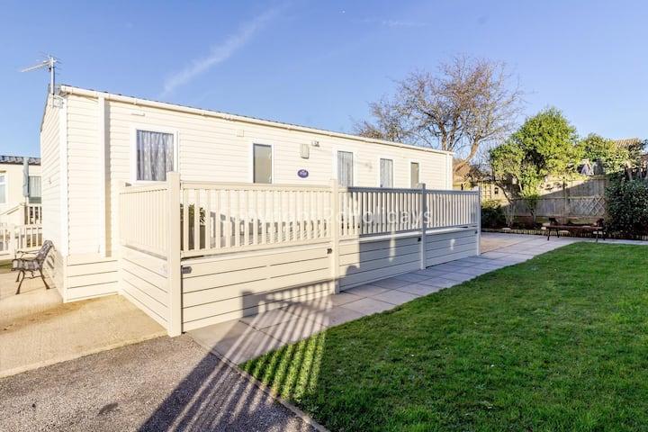Stunning 6 berth caravan with decking and garden area in Hunstanton ref 23075S