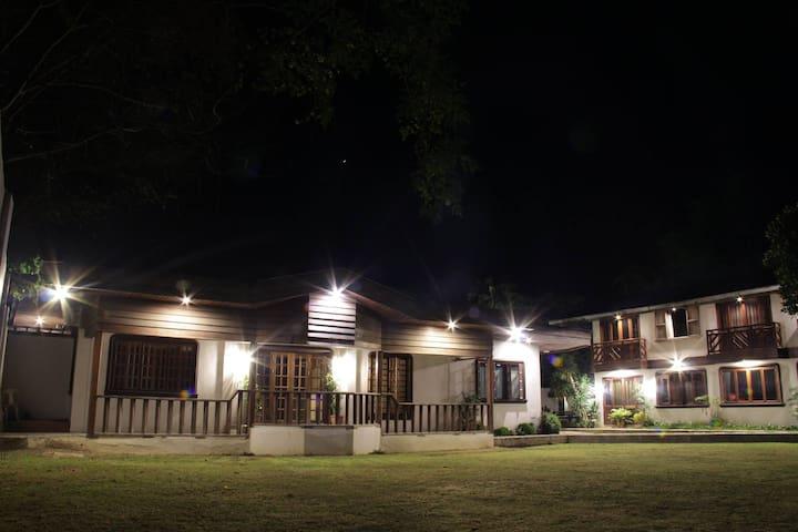Balay Panarean: Rustic Garden Villa - Casa de camp