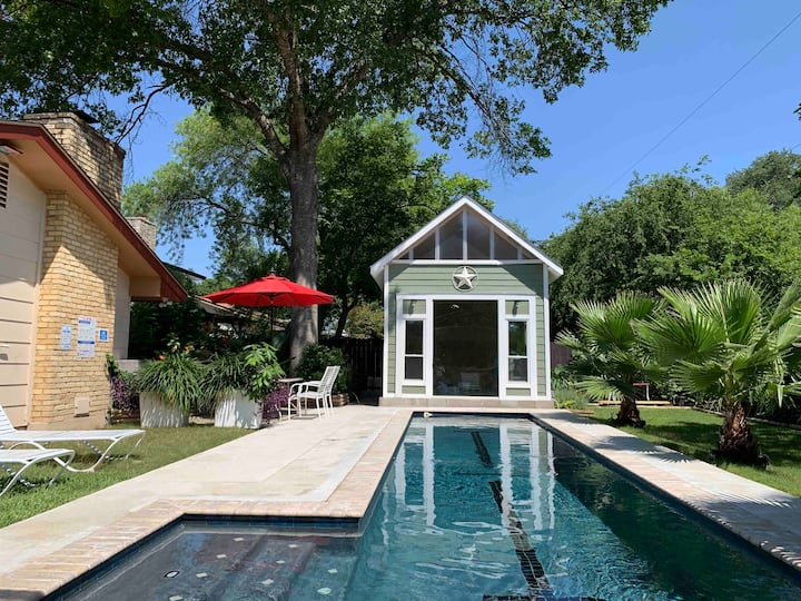 Red Oak Bungalow, Middle of Town &  Beautiful POOL