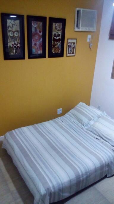 Sofá cama futon de casal e ar condicionado.