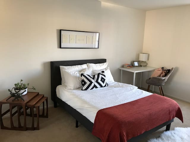 Private Modern Room 20 min from Disneyland