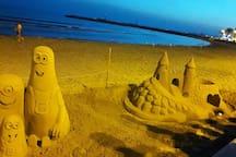 Merci à Rebecca et Damien pour cette photo d'un artiste sur la plage, prise en Juillet 2017!