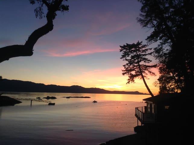 Romantic Oceanfront Cottage - Halfmoon Bay - Cabin