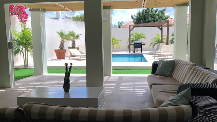 """Villa Island Time"" private Pool & walk to beach!"