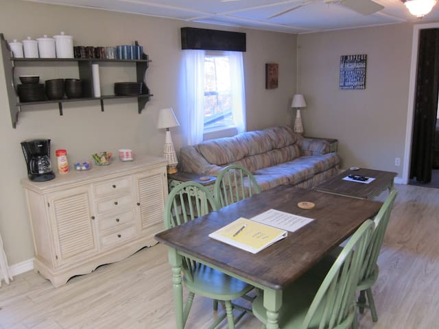 Cozy Cottage, Sleeps 8, kitchenette, gas grill