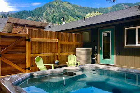 HOT TUB, Mountain Views, In-Town Retreat