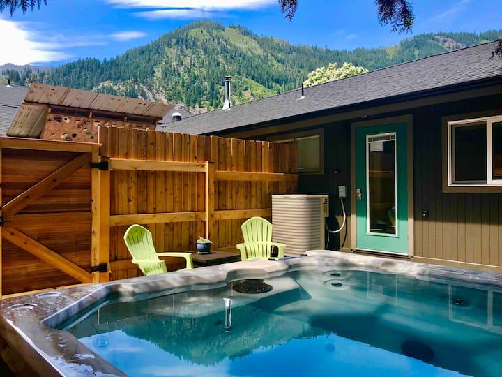 HOT TUB, Mountain Views, In-Town Retreat