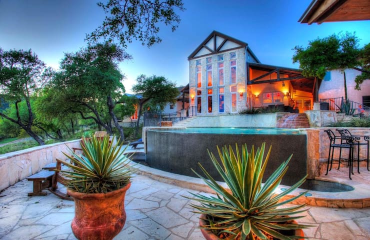 Texas Hill Country Luxury Rustic Getaway.
