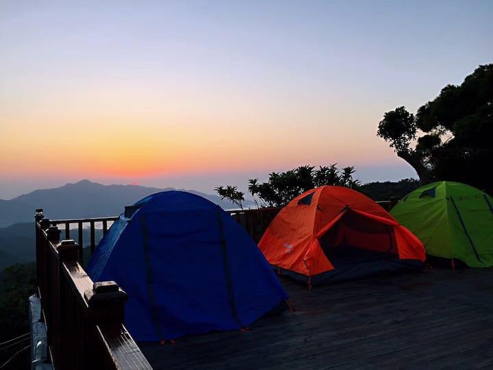 汕头市南澳岛山谷旁阳光充沛海景户外帐篷露营