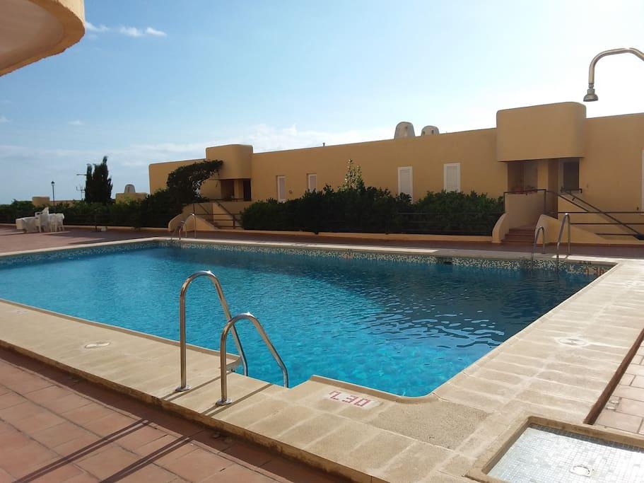 Piso con piscina cerca de la playa apartamentos en for Piscina playa de madrid