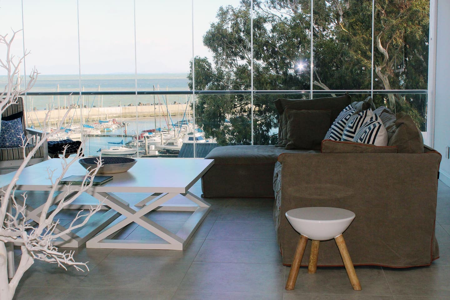 Fabulously located on Beach road, super close to Bikini Beach. This modern apartment boasts the best ocean and harbour views