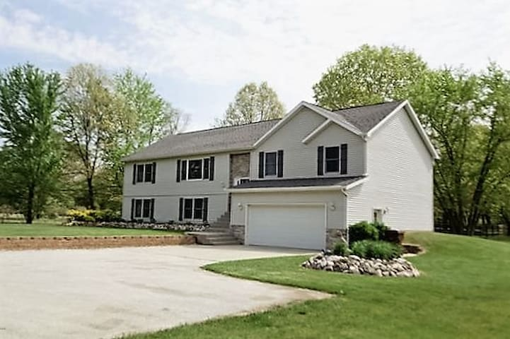 Lake MI Beach/Winery Retreat 5bd 3ba w/Master Ste