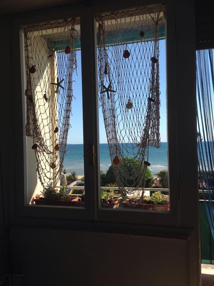 Apartment with balcony 10 meters from the sea