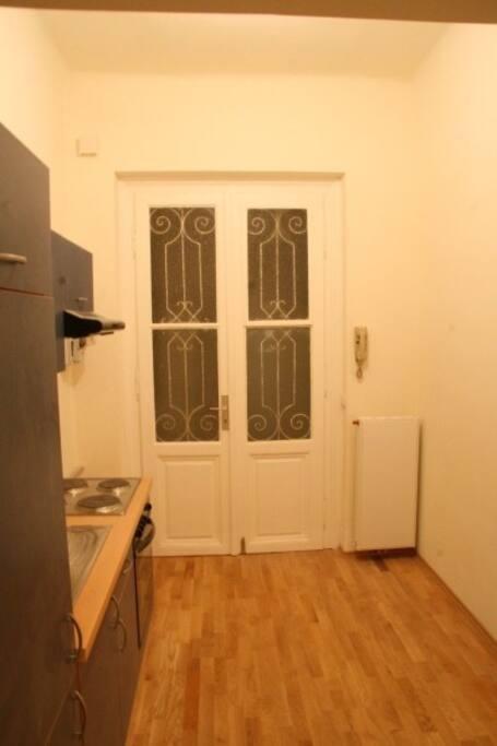Vorzimmer und Küche.