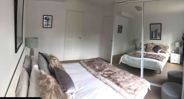 Modern Private Master Bedroom & Ensuite - Pets ok