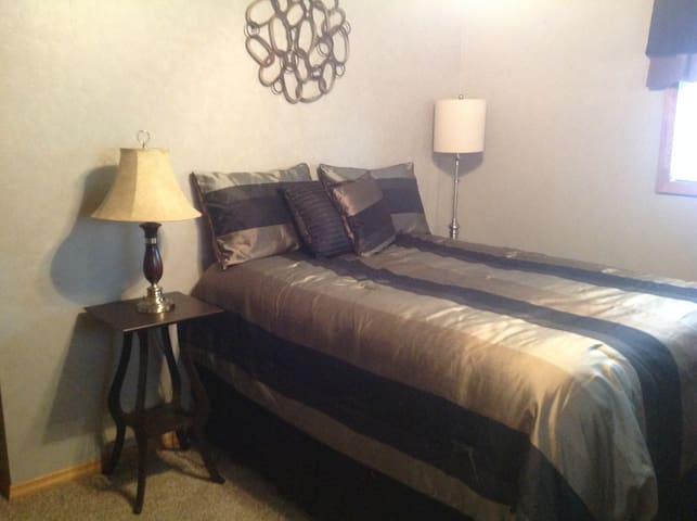 Private Bed w/bath in Renovated House - Rantoul - Maison
