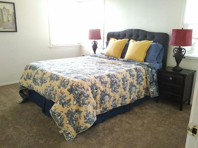 Sparkling clean room/house share - Downtown!