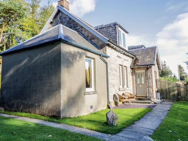 2 STATION COTTAGES, pet friendly in Dalwhinnie, Ref 992584