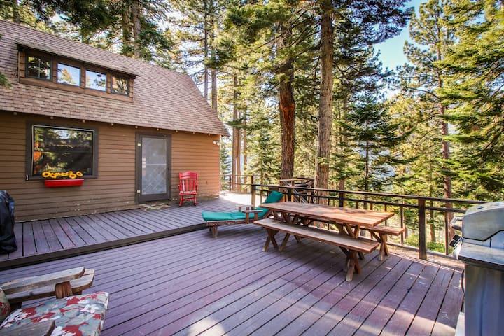 Cherry Leaf Lodge - dog-friendly escape w/ lake views & lake access!