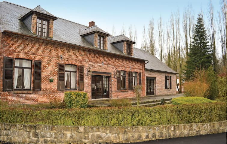 Holiday cottage with 4 bedrooms on 160 m² in La Neuville L. Dorengt