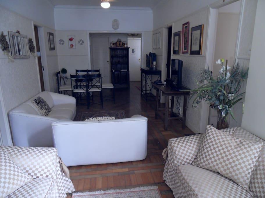 Sala de estar de tv e de jantar em 1 só ambiente e com ar condicionado.