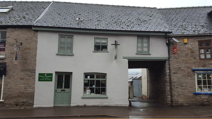 The Upstairs Flat, 13 Castle Street - Hay-on-Wye - Apartment