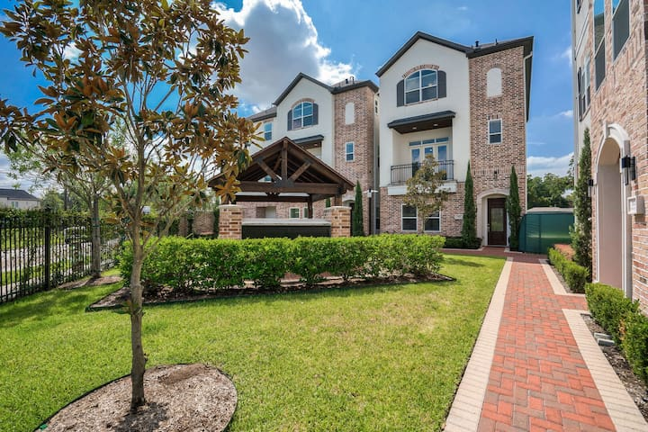 Heights Enclave 08 - Luxury 3 BR, 3.5 BA Townhome