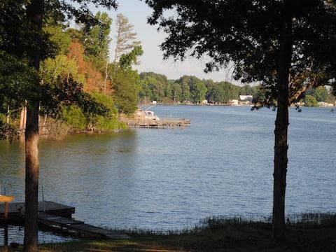 Beautiful Home on Lake Murray - HUGE screen room