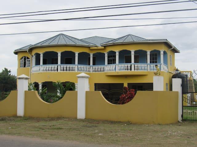Jamaica 'Inn'ternational 4 bed houseflat with Pool