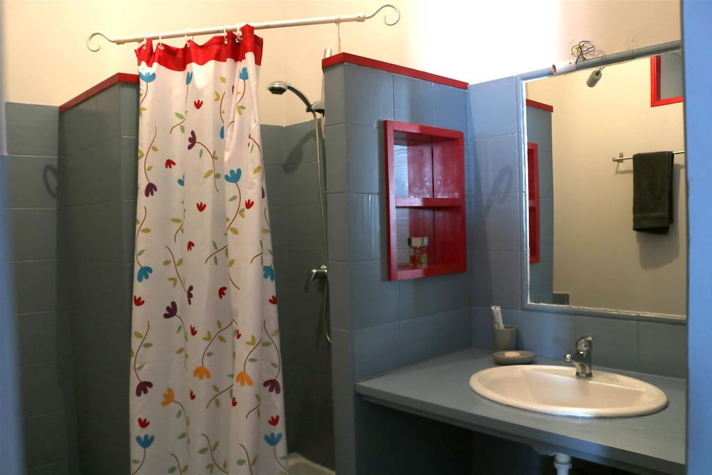 Chambre Shéhérazade Grande chambre avec salle d'eau (douche, toilettes, lavabo)