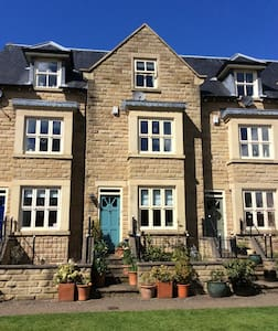 Town house in beautiful gardens - Sheffield - House