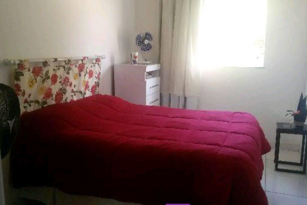 Dormitório com cama box casal de mola, ar condicionado, ventilador e gaveteiro