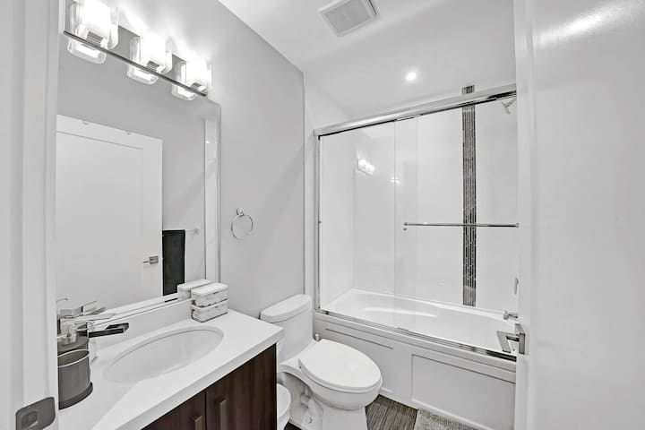 Stylish One Bedroom Apartment - 15 mins to Downtown