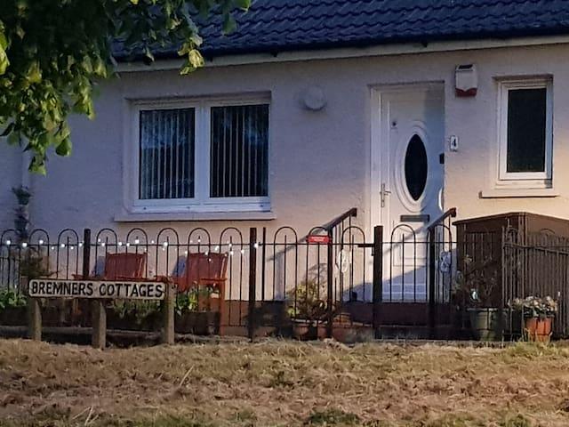 Peaceful Cottage between Glasgow & Loch Lomond