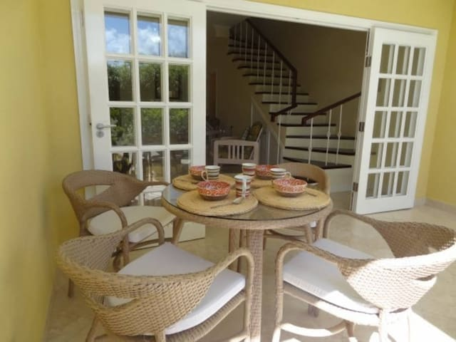 Cozy Beach Townhouse, 2 Bedroom, private Pool, A/C