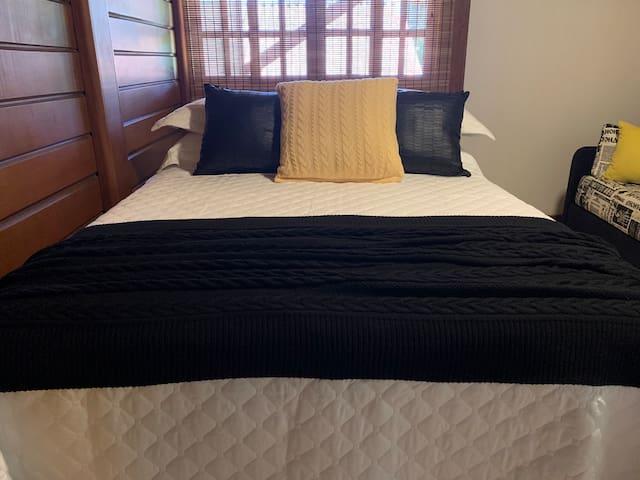 Quarto com cama de casal , com protetores de colchão e travesseiros. Lençóis 300 fios e cobertores disponíveis, totalmente higienizados .