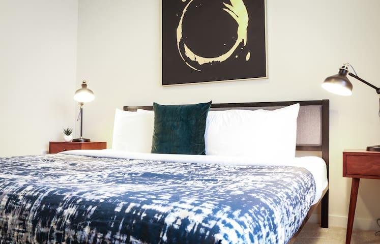 Dormigo Two Bedroom Apartment with Resort-style Amenities near 6th street