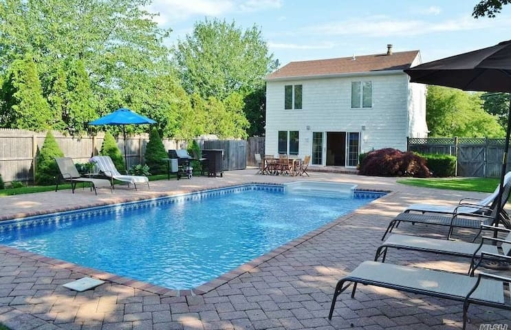 Charming, Cozy Hamptons Escape. Walk to Town/Beach
