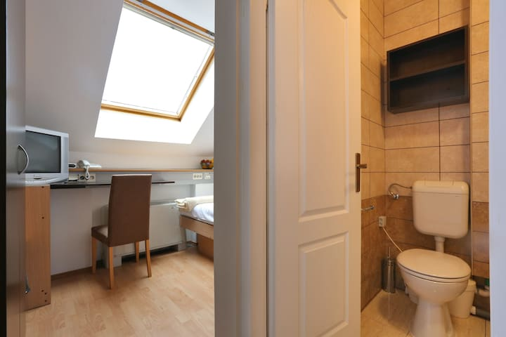 Cosy 14m2 room with bathroom / 4