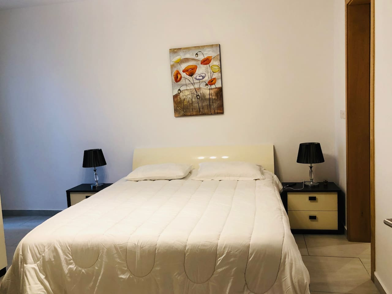 Spacious room with a king size bed (2.00mx1.90m)