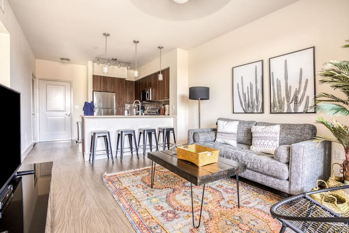 Bright 1BR close to LAX with Pool + Parking