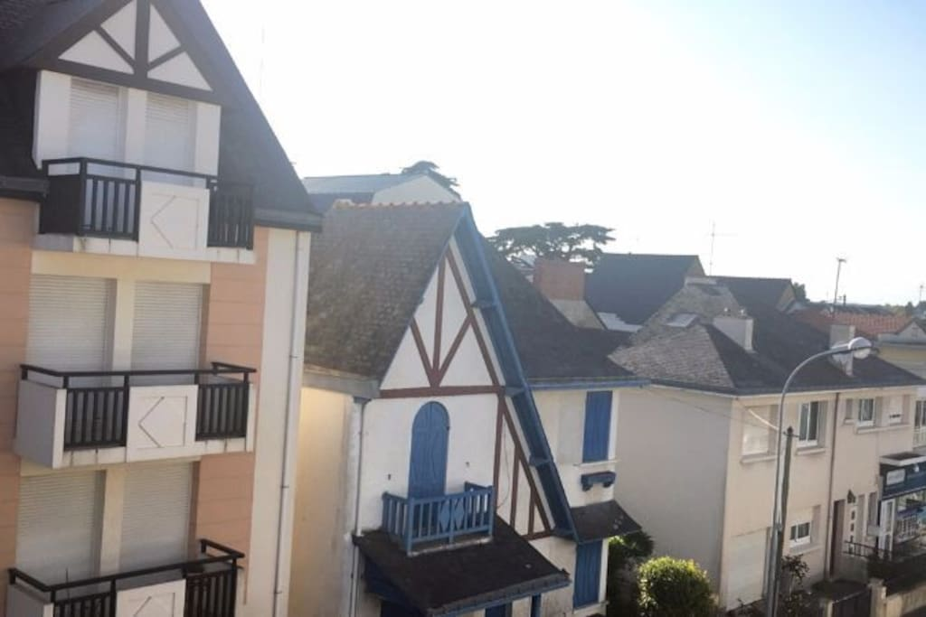 Vue du balcon, qui longe la pièce de vie et la chambre, exposition sud-ouest, très ensoleillé.