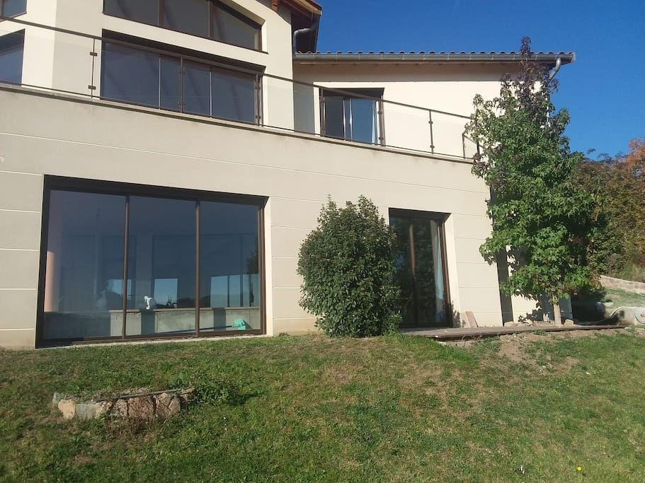 Espace piscine et porte fenêtre du salon.