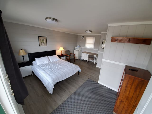 One Room -One Queen Bed- Private Bath in Athol