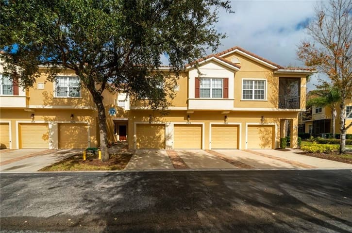 spacious 3/2.5 townhome close to parks 192 & I-4