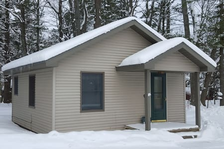Lakefront Romantic Cottage with WiFi & Directv - Gaylord